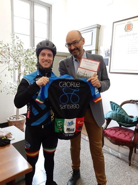 Da Caorle a Santiago de Compostela: il giovane ciclista Matteo Nadalon fa visita al comune di Finale Ligure - SvSport.it