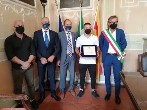 Albenga, il sindaco consegna una targa a Samuele Iorio Campione italiano Assoluto di Savate Pro (FOTO)