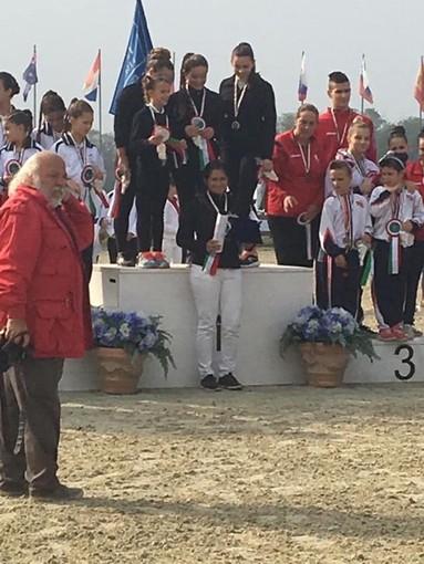 """Volteggio equestre, a Finale Ligure nasce una stella: le """"Perle Nere di Giuele"""" vincono il campionato nazionale"""