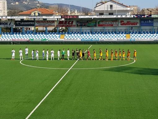 Albissola e Pisa schierate a centrocampo prima del match poi vinto dai toscani