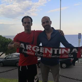 Erik Crudo firma con l'Atletico Argentina: nella foto è con il Direttore Sportivo rossonero Denis Settime