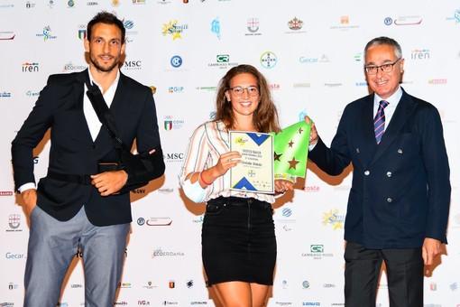 Il Direttore Comunicazione di Bayer Italia, Fabio Minoli Rota, premia la stella del nuoto salvamento Carlotta Tortello insieme all'olimpionico di pallanuoto Matteo Aicardi al Galà 2020