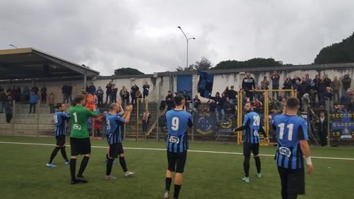 I giocatori dell'Imperia sotto il settore dei propri tifosi, dopo l'1-1 con il Sestri Levante