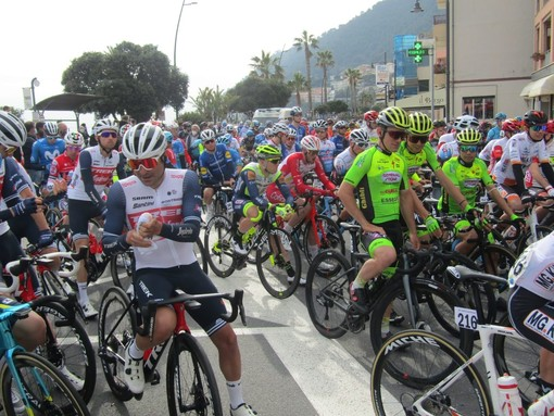 È scattato il trofeo Laigueglia: il gotha del ciclismo internazionale sulle strade della Baia del Sole (FOTO e VIDEO)