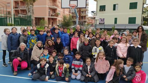 Andora, il nuovo campo da basket delle scuole di via Cavour aperto alla cittadinanza dopo l'orario scolastico