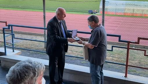 FOTONOTIZIA: consegnala la benemerenza a Carmine Iannece, ora è dirigente onorario LND