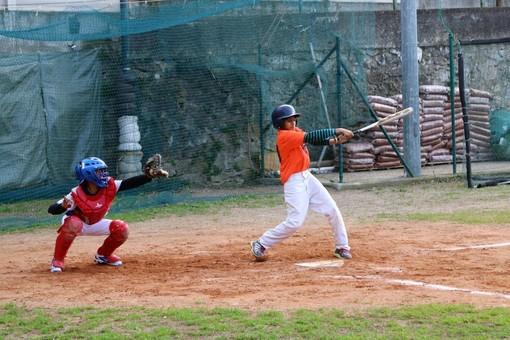 """Un'azione di gioco al campo """"Viola"""" di Finalborgo, ora casa del baseball finalese"""