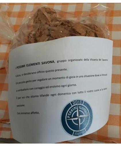 Calcio, Savona. I Pessimi Elementi donano le colombe al personale dell'ospedale San Paolo
