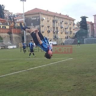 Edo Capra, attaccante dell'Imperia, festeggia la rete del momentaneo 1-1 all'Albenga (foto Christian Flammia)