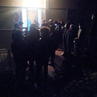 Il gruppo nerazzurro fuori dagli spogliatoi in attesa dei tamponi