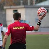 arbitro di calcio con pallone in mano