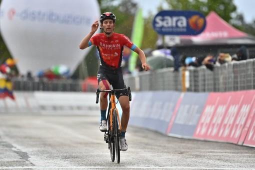Gino Mader, cuore svizzero che il giorno dopo la caduta del suo capitano Landa trionfa ad Ascoli dedicandogli la vittoria (foto tratta dalla pagina Facebook ufficiale del Giro)