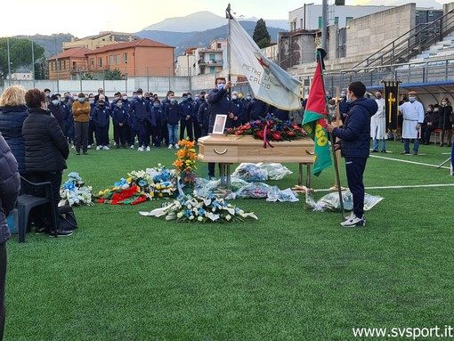 """Calcio, La comunità pietrese e il mondo del calcio hanno dato l'ultimo saluto a Luigino Fulvio: """"Ricordiamolo coltivando il seme della gentilezza"""""""