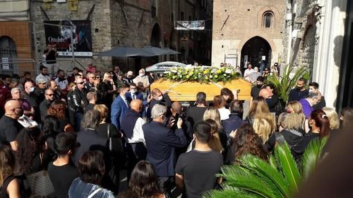 Albenga, lacrime e sgomento per l'ultimo saluto a Fausto D'Agostino (FOTO)