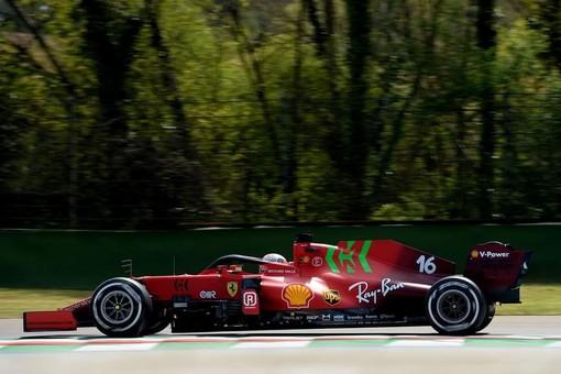 Formula 1. A Imola la Ferrari è pimpante, il monegasco Leclerc strappa un ottimo quarto tempo in qualifica. Pole per Hamilton