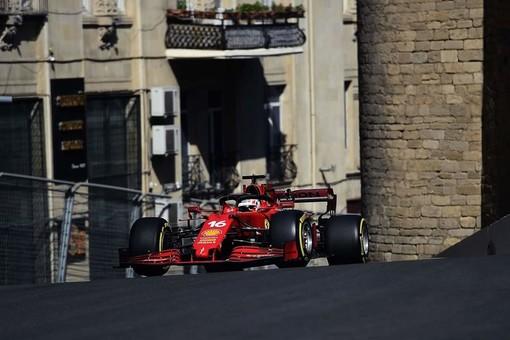 F1. Leclerc cala l'asso: a Baku il monegasco porta la Ferrari a centrare una stupenda pole position, la sua nona in carriera