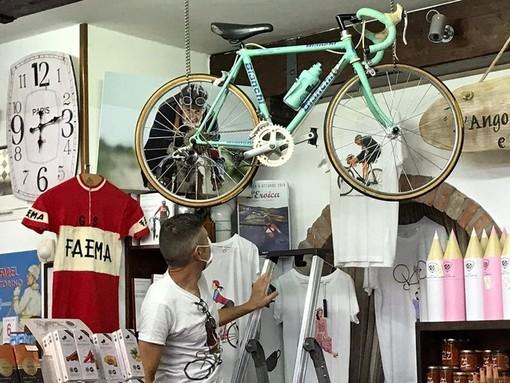 """Millesimo, un """"Bike Corner"""" in ricordo di Luciano Berruti: il taglio del nastro in piazza Italia (FOTO)"""