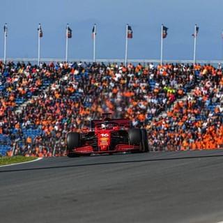 F1. In Olanda è pole per l'idolo di casa Verstappen. Tutta rosso Ferrari la terza fila: Leclerc quinto
