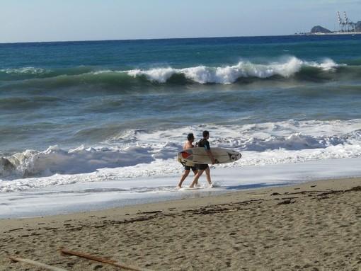Attenzione agli sport marini, Arpal emana un avviso meteorologico per mareggiata intensa