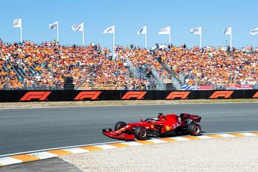 F1. In Olanda trionfa Verstappen su Hamilton, dietro succede poco o nulla: Leclerc quinto, com'era partito