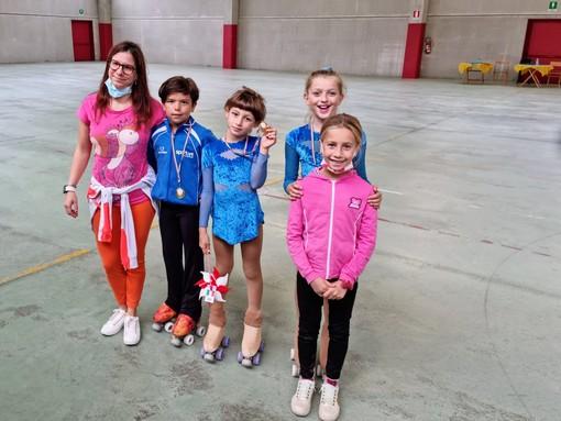 Pattinaggio Artistico. Sei medaglie per lo Skate Zinola 2000 al Trofeo Primi Passi e Giovani Promesse