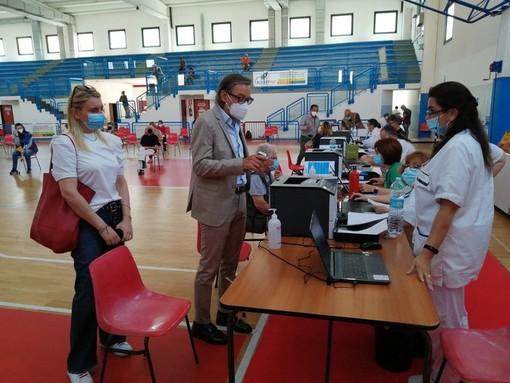 """Albenga, via alle vaccinazioni al Palamarco. Tomatis: """"Allo studio soluzioni per le società sportive"""""""