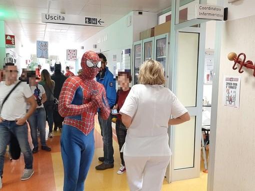 Savona, Spiderman Villardita in videochiamata per portare gioia ai bimbi durante l'emergenza Coronavirus