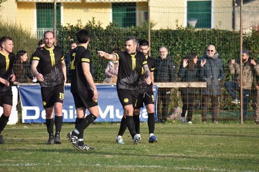 Stefano Sorrentino festeggia la rete del 2-1 (foto Massimo Speedy Vaccarezza)