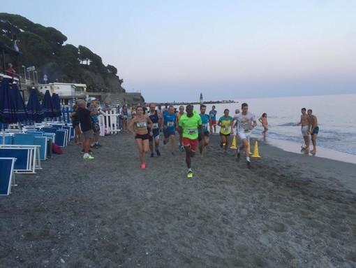 Celle Ligure. Andrea Di Molfetta e Samir Benaddi protagonisti della staffetta sulla spiaggia (FOTO)