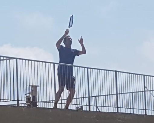 Il tennista Roger Federer gioca sui tetti di Finale Ligure con Vittoria Olivieri e Carola Pessina (FOTO)
