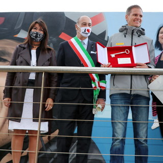 Vela. Alassio ha abbracciato Pietro Sibello, il campione di Luna Rossa ha ricevuto le Chiavi della Città (FOTO)